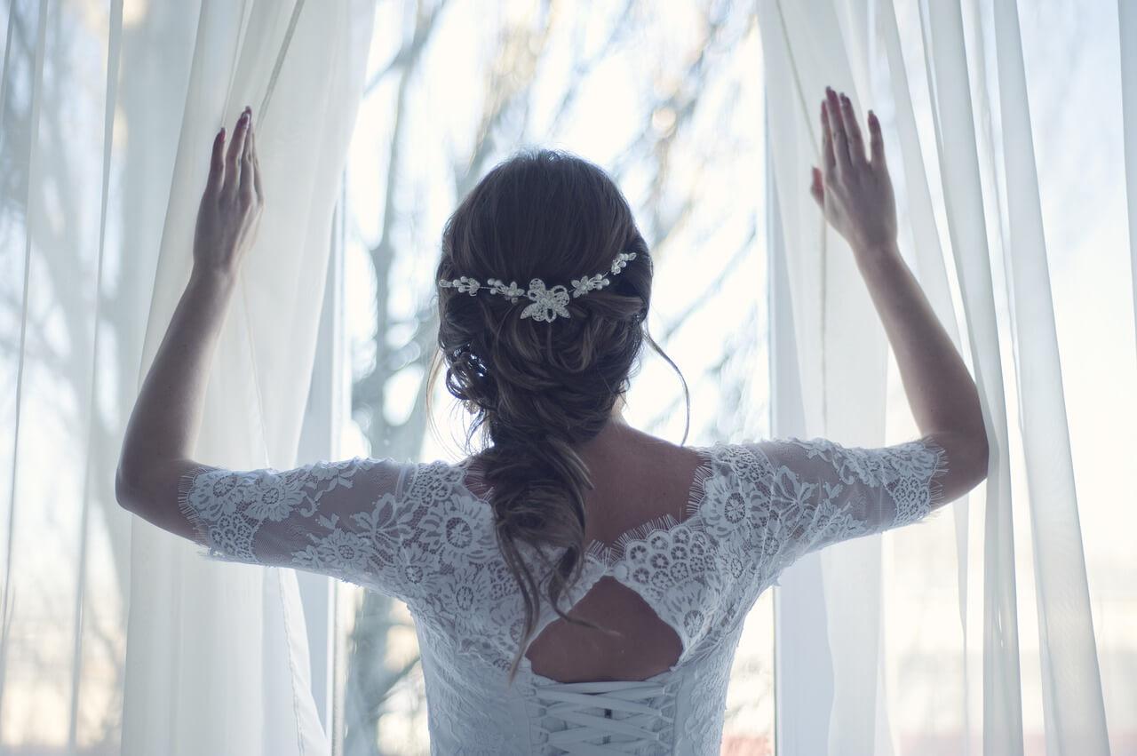 Panna młoda patrzy w Okno